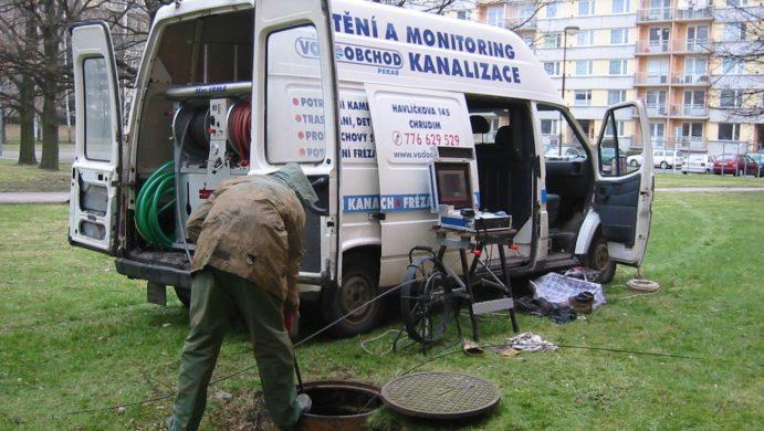 Můj první vůz na čištění a monitoring kanalizace vybavený v roce 2005 byl ford tranzit. Snímek je z čištění kanalizační přípojky bytového domu v sídlišti U Stadionu v Chrudimi.