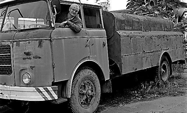 Já o 40 let později. Vůz stál ve šrotu, někde v Pardubickém kraji. Dnes používám k čištění kanalizace poněkud modernější techniku.