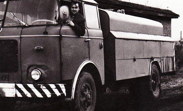 Můj táta někdy v roce 1970. Vůz na čištění kanalizace Liaz CAK v Chrudimi. Dostal jsem do vínku podivné řemeslo…